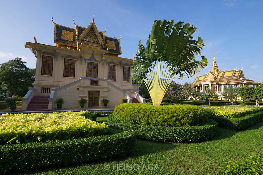 Phnom Penh, Cambodia. Royal Palace. Hor Samran Phirun (l.), Preah Thineang Chan Chhaya (Moonlight Pavillion, r.)