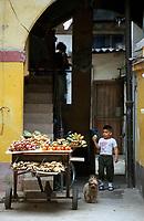 Cuba/La Havane: Etal d'un marchand de fruits dans une ruelle