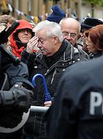 """Nazi Aufmarsch / Demo in Leipzig Ost - Leipziger verhindert den Zug durch die Stadt mit Blockade am S-Bahnhof Sellerhausen - unter dem Motto """"Leipzig nimmt Platz"""" nahmen Hunderte Leipziger an der bunten Gegenveranstaltung teil - sie schafften es den Start des Aufmarsches solange zu verhindern bis die Polizei die Kundgebung für beendet erklärte - in diesem Moment (ca. 16:40) eskalierte die Situation auf Seiten der Sympathiesanten der rechten Szene - Steine und Flaschen flogen - die Polizei bekam die Situation rasch wieder unter Kontrolle - im Bild: zeigen sich in vorderster Reihe bei den Gegendemonstranten - Ex-Nikolaipfarrer Christian Führer . Foto: Norman Rembarz..Norman Rembarz , ASV-Autorennummer 41043728 , Holbeinstr. 14, 04229 Leipzig, Tel.: 01794887569, Hypovereinsbank: BLZ: 86020086, KN: 357889472, St.Nr.: 231/261/06432 - Jegliche kommerzielle Nutzung ist honorar- und mehrwertsteuerpflichtig! Persönlichkeitsrechte sind zu wahren. Es wird keine Haftung übernommen bei Verletzung von Rechten Dritter. Autoren-Nennung gem. §13 UrhGes. wird verlangt. Weitergabe an Dritte nur nach  vorheriger Absprache.."""