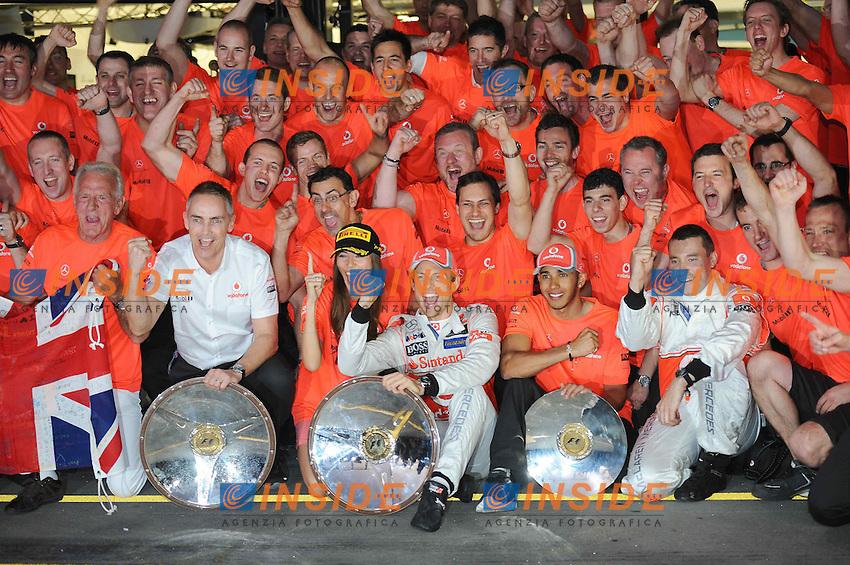 Feteggiamenti per la vittoria di Jenson Button McLAren Mercedes Mp4-27.MCLAREN MERCEDES - JENSON BUTTON - CELEBRATION -  JESSICA MICHIBATA - JOHN - LEWIS HAMILTON - TEAM PRINCIPAL MARTIN WHITMARSH.Melbourne 18/3/2012.Formula 1 Gp Australia.Foto Insidefoto / Bernard Asset / Panoramic.ITALY ONLY