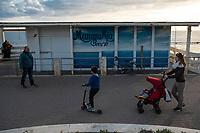 Ostia, 2 Novembre, 2017. Una famiglia a passeggio sul lungomare di Ostia