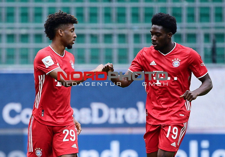 0:1 Tor, Jubel, v.l. Torschuetze Kingsley Coman, Alphonso Davies (Bayern)<br />