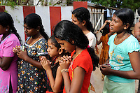 Sri Lanka Trincomalee , tamilische Pilger am Koneshwaram Hindutempel / Sri Lanka Trincomalee, Tamil pilgrims at Koneshwaram Hindu temple