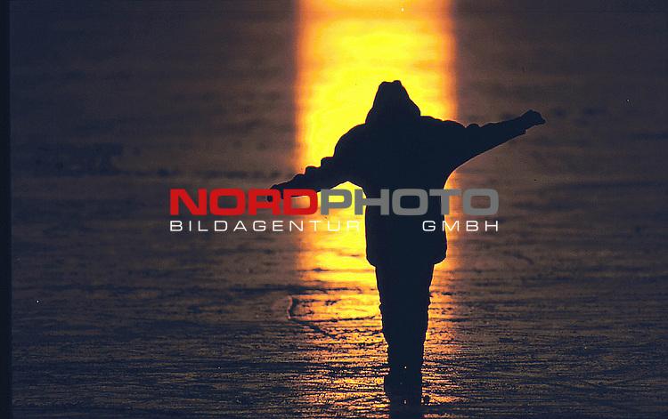 Diepholz, DEU, 15.02.2000;<br /> Norddeutschland im Winter<br />  Schlittschuh laufen auf dem Eis des Duemmer Sees am Abend bei der untergehenden Sonne<br /> ( Naturschutz, Sonnenuntergang, Erholung, Lebensfreude )<br /> [Foto ł nordphoto -  Foto ist honorarpflichtig! zzgl. 7 % MwSt. Belegexemplar erforderlich <br /> Bankverbindung: Kreissparkasse Diepholz; Konto Nr. 7419 / BLZ 25651325 Telefon: 04441-89400 / Fax: 04441-894022<br />  http://www.nordphoto.de / info @ nordphoto.de]