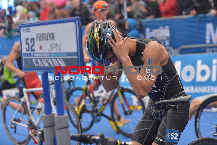 20160716,  Innenstadt, Hamburg, GER, Hamburg Wasser World Triathlon, Elite Maenner Sprintdistanz, im Bild Jumpei Furuya (JPN) in der Wechselzone vom Fahrrad zum Laufen Foto © nordphoto / Witke