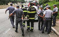 SAO PAULO, SP, 05 MARÇO 2013 - ACIDENTE TRANSITO AUTO X CAMINHÃO - Um caminhão colidiu contra um carro da Avenida Salim Farah Maluf altura do numeral 100 próximo ao cruzamento com a Avenida Vila Ema, duas pessoas do veículo ficaram levemente feridas e encaminhadas ao Hospital de Vila Alpina, na região leste da capital paulista, nesta terça-feira, 05. FOTO: WILLIAM VOLCOV / BRAZIL PHOTO PRESS).