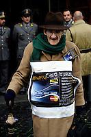 """Roma 10 Dicembre 2008Manifestazione di protesta davanti al Ministero  dell'Economia  organizzata dai Blocchi Precari Metropolitani  con la distribuzione delle """"Misery Card for Precary People"""""""