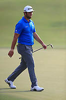 Jon Rahm (ESP) playing onto the 15th green during the 2nd round of the DP World Tour Championship, Jumeirah Golf Estates, Dubai, United Arab Emirates. 16/11/2018<br />