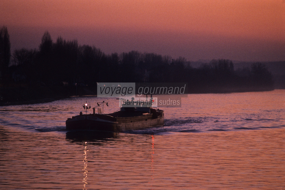 Europe/France/Ile-de-France/78/Yvelines/Conflans-Sainte-Honorine:    Capitale française de la Batellerie - Péniche sur la Seine<br /> PHOTO D'ARCHIVES // ARCHIVAL IMAGES<br /> FRANCE 1980