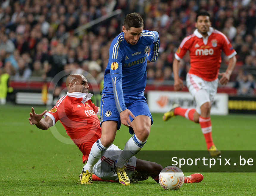 Benfica Lissabon - Chelsea FC : Fernando Torres starts the run towards goal and wins the duel with Luisao.foto DAVID CATRY / Nikonpro.be