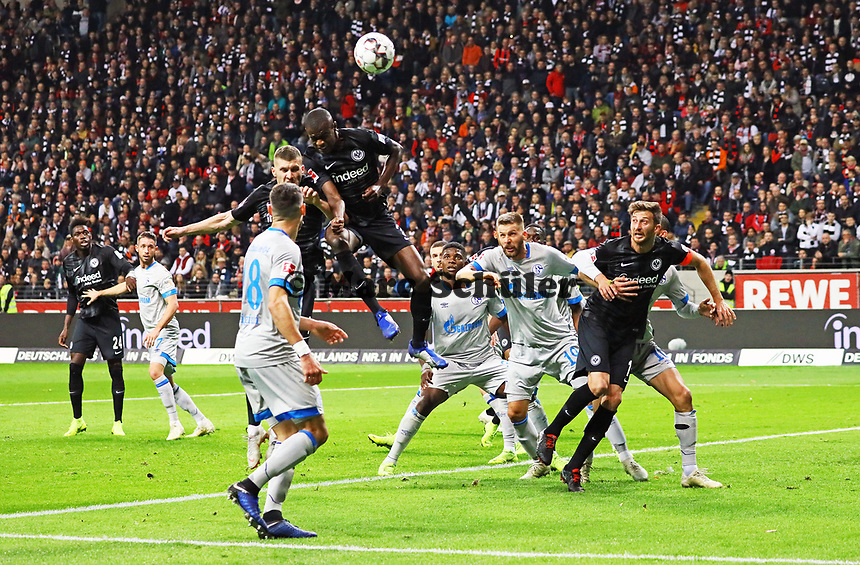 Evan N'Dicka (Eintracht Frankfurt) mit einer Kopfballchance - 11.11.2018: Eintracht Frankfurt vs. FC Schalke 04, Commerzbank Arena, DISCLAIMER: DFL regulations prohibit any use of photographs as image sequences and/or quasi-video.