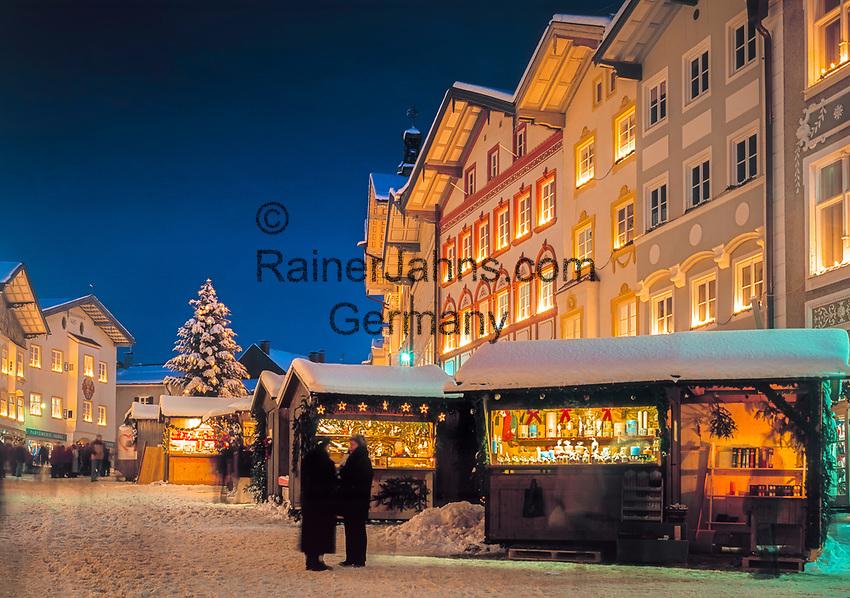 Deutschland, Oberbayern, Bad Toelz: Weihnachtsmarkt in der historischen Marktstrasse | Germany, Upper Bavaria, Bad Toelz: Christmas market at historic Marktstrasse