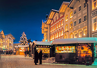 Deutschland, Oberbayern, Bad Toelz: Weihnachtsmarkt in der historischen Marktstrasse | Germany, Upper Bavaria, Bad Toelz: Christmas market at historic Marktstrasse