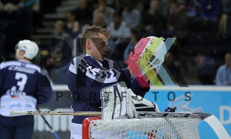 Eishockey DEL 2015 / 16 - 13.12.2015 26. Spieltag Hamburg Freezers vs. Straubing Tigers<br /> Foto: Goalie Cal Heeter (Hamburg)<br /> <br /> <br /> <br /> Foto &copy; PIX-Sportfotos *** Foto ist honorarpflichtig! *** Auf Anfrage in hoeherer Qualitaet/Aufloesung. Belegexemplar erbeten. Veroeffentlichung ausschliesslich fuer journalistisch-publizistische Zwecke. For editorial use only.