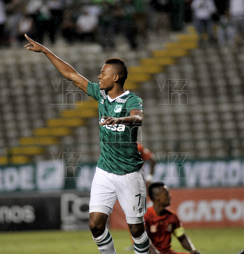 CALI - COLOMBIA -28-05-2016: Harold Preciado, jugador de Deportivo Cali celebra el gol anotado a Rionegro Aguilas, durante partido entre Deportivo Cali y Rionegro Aguilas, por la fecha 20 de la Liga Aguila I-2016, jugado en el estadio Deportivo Cali (Palmaseca)  de la ciudad de Cali.  / Harold Preciado, player of Deportivo Cali celebrates a scored goal to Rionegro Aguilas, during a match between Deportivo Cali y Rionegro Aguilas, for the date 20 of the Liga Aguila I-2016 at the Deportivo Cali (Palmaseca) stadium in Cali city. Photo: VizzorImage  / Luis Ramirez / Staff.