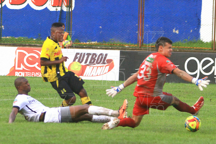 FLORIDABLANCA -COLOMBIA, 08-09-2013.  Cristian Palomeque (C) del Alianza Patrolera dispara para gol contra Javier Lopez (I) and Osvaldo CabraL (D) del Itaguí durante partido válido por la séptima fecha de la Liga Postobón II 2013 jugado en el estadio Álvaro Gómez Hurtado en la ciudad de Floridablanca./ Alianza Patrolera Player Cristian Palomeque (C) shoots for goal against Itagui players Javier Lopez (L) and Osvaldo Cabral (R) during match valid for the 7th date of the Postobon  League II 2013 played at Alvaro Gomez Hurtado stadium in Floridablanca city. Photo: VizzorImage / Jaime Moreno / STR
