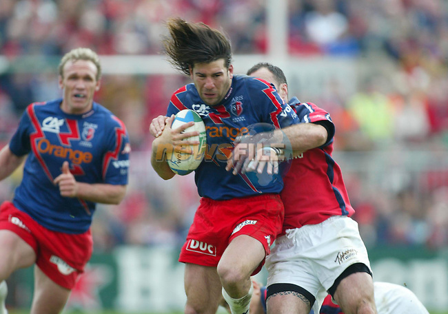 Ingacio Corleto  (Stade Francais)  Mike Mulllins.  (Munster) in the Heineken Cup quarter final at Thomond Park, Limerick . - Photo :  Kieran Clancy /PicSure  ©  10/4/04