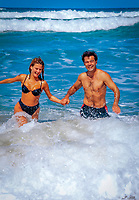 Spanien, Kanarische Inseln, Fuerteventura, junges Paar, gluecklich, laeuft Hand in Hand im Wasser | Spain, Canary Island, Fuerteventura,  young couple, happy, hand in hand, running in the surf