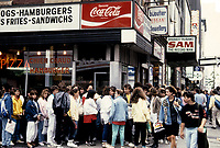 FILE - le magasin de disques<br /> Sam the record man, sur la rue Ste-Catherine,<br /> , circa 1986<br /> <br /> Photo : Harold Beaulieu<br />   - Agence Quebec Presse