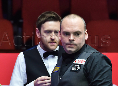 01.04.2016. Beijing, China.  Stuart Bingham (R) of England prepares to take a shot during the match against compatriot Ricky Walden at the 2016 World Snooker China Open in Beijing, China, April 1, 2016.