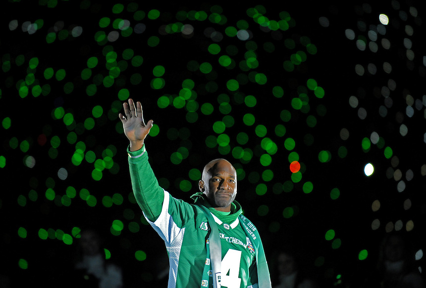 Darian Durant waves to the crowd following the last ever CFL game at Mosaic Stadium and his final game as a Saskatchewan Roughrider in Regina, Sask., Saturday, Oct. 29, 2016. THE CANADIAN PRESS/Mark Taylor.