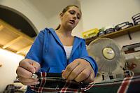 Glasgow- Sartoria kilt , lavoro di preparazione di un kilt Sarta al lavoro di cucitura
