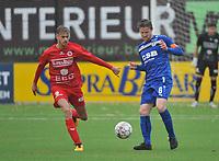 FC GULLEGEM - FC RUPEL BOOM :<br /> Jeroen Mertens (R) ontzet de bal voor de aanstormende Indy Vancraeyveldt (L)<br /> <br /> Foto VDB / Bart Vandenbroucke