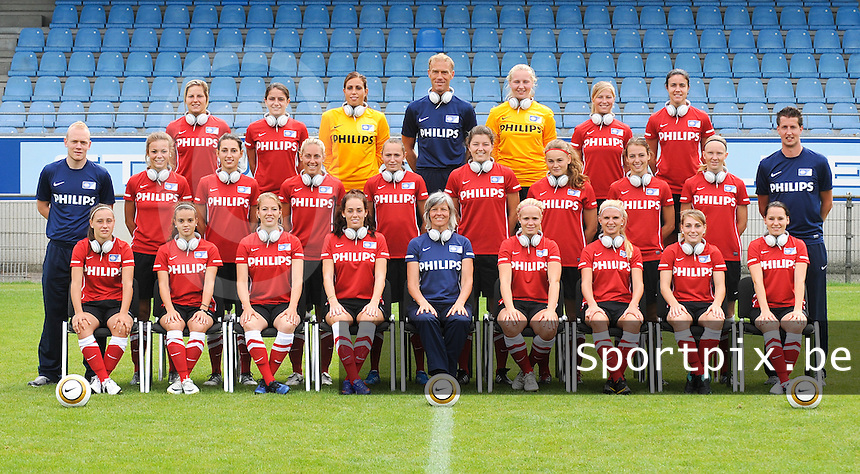 PSV / FC Eindhoven Dames : ploegfoto Rood - Uit 2012-2013 met Philips hoofdtelefoon.foto DAVID CATRY / Vrouwenteam.be