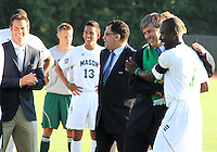 Harold Mayne-Nicholls with a player from George Mason during the visit of the FIFA World Cup 2018-2022 inspection delegation to George Mason University soccer practice facility.