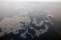 """RA05 CUENCA DE CAMPOS (BRASIL), 18/11/2011.- Foto aerea de hoy, viernes 18 de noviembre de 2011, del vertido de crudo que tuvo lugar hace once días en uno de los yacimientos del Campo de Frade, a 370 kilómetros de la costa del estado de Río de Janeiro y a una profundidad cercana a los 1.200 metros, en la Cuenca de Campos, la principal provincia petrolera de Brasil. Este jueves Chevron anunció que el vertido de crudo se redujo a un """"goteo ocasional"""" después de que procediera a sellar la fisura en el lecho marino por la que se filtraron los hidrocarburos. EFE/ ROGERIO SANTANA / GOV. DE RIO DE JANEIRO / SOLAMENTE USO EDITORIAL"""