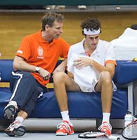 04-03-11, Tennis, Oekraine, Kharkov, Daviscup, Oekraine - Netherlands, Robin Haase  wordt moed ingesproken door captain Jan Siemerink