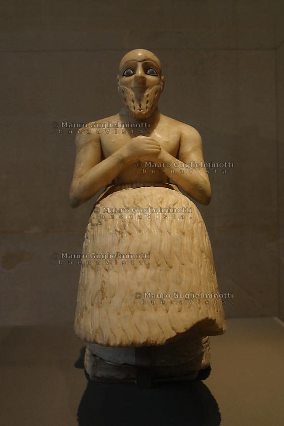 LOUVRE, Parigi, Ebih-II intendente di Mari ca. 2400 a.C. statuetta in alabastro, vista frontale  ©Mauro Guglielminotti