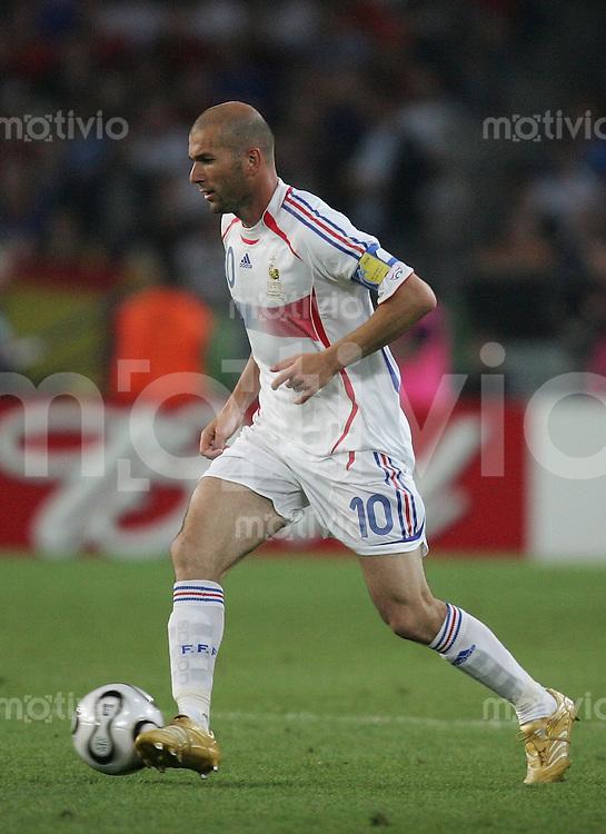 Fussball WM 2006  Achtelfinale   Spanien - Frankreich ; Spain - France  Zinedine ZIDANE (FRA) am Ball
