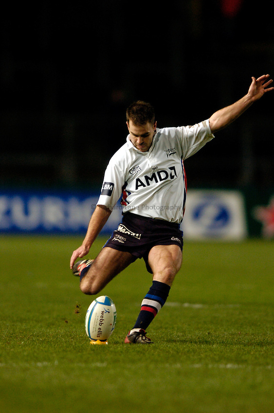 Photo: Richard Lane..Leinster Lions v Sale Sharks. Heinenken Cup. 09/01/2004..Charlie Hodgson kicks.