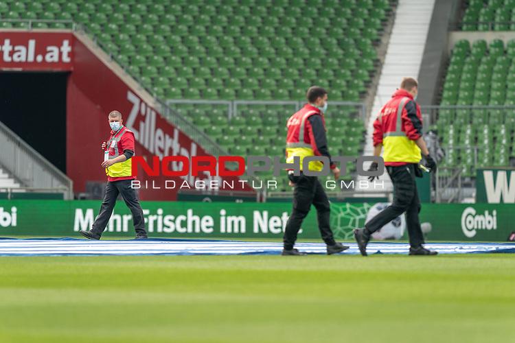 Vor dem Spiel werden die grossen Banner auf dem Rasen ausbreitet - Die Mitarbeiter mit CORONA Gesichtsmaske<br /> <br /> Sport: Fussball: 1. Bundesliga: Saison 19/20: <br /> 26. Spieltag: SV Werder Bremen vs Bayer 04 Leverkusen, 18.05.2020<br /> <br /> Foto ©  gumzmedia / Nordphoto / Andreas Gumz / POOL <br /> <br /> Nur für journalistische Zwecke! Only for editorial use!<br />  DFL regulations prohibit any use of photographs as image sequences and/or quasi-video.