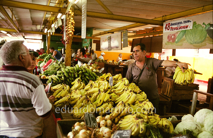 Mercado Agropecuario 19 y B, Vedado, Havana. The Special Period brought about a proliferation of such markets, which helped to bring to the population the products in short supply by the state. .Cuba - between 21.05 and 05.06.2007 - Photo: Eduardo Martino