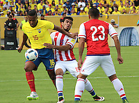 QUITO - ECUADOR - 24-03-2016: Antonio Valencia (Izq.) jugador  de Ecuador disputa el balón con Dario Lezcano (Der.) jugador de Paraguay, durante entre los seleccionados de Ecuador y Paraguay, partido válido por la fecha 5 de la clasificación a la Copa Mundo FIFA 2018 Rusia jugado en el estadio Olímpico Atahualpa en Quito. / Antonio Valencia (L) player of Ecuador struggles the ball with Dario Lezcano (R) player of Paraguay during a match between Ecuador and Paraguay valid for the date 5 of 2018 FIFA World Cup Russia Qualifier played at Olimpico Atahualpa stadium in Quito. Photo: VizzorImage / Rolando Enriquez / Agencia Cronistas Gráficos