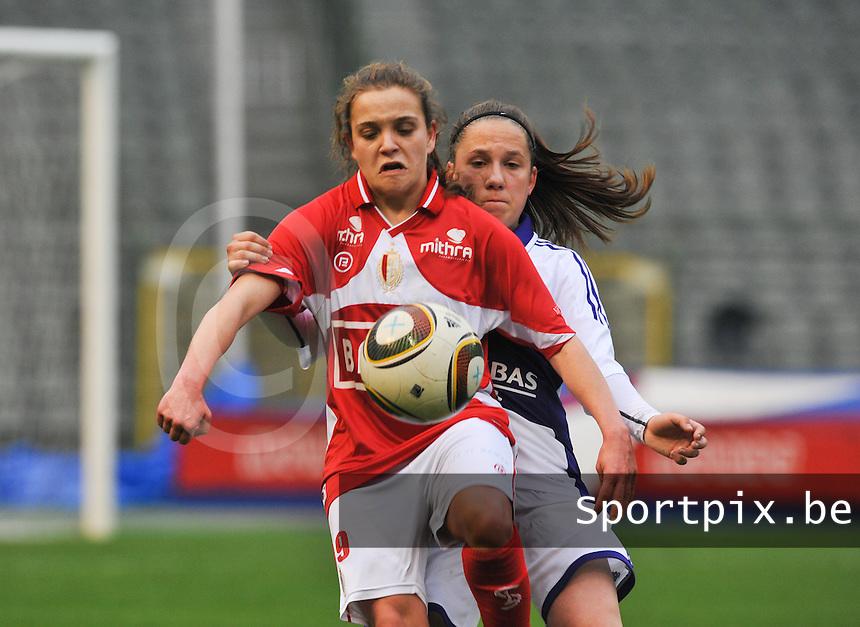 RSC Anderlecht Dames - Standard Femina de Liege : Davina Philtjens aan de bal voor Taika De Koker.foto DAVID CATRY / Vrouwenteam.be