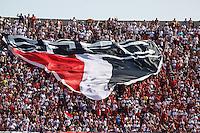 ATENCAO EDITOR IMAGEM EMBARGADA PARA VEICULOS INTERNACIONAIS - - SAO PAULO, SP, 18 NOVEMBRO 2012 - CAMP. BRASILEIRO - SAO PAULO X NAUTICO - Torcedor do Sao Paulo momentos antes da partida contra o Nautico valido pela 36 Rodada do Campeonato Brasileiro no Estadio Cicero Pompeu de Toledo neste domingo, 18. (FOTO: WILLIAM VOLCOV / BRAZIL PHOTO PRESS).