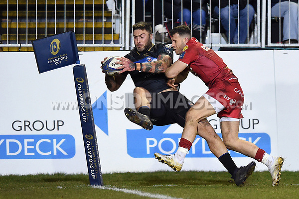 Matt Banahan of Bath Rugby dives for the try-line. European Rugby Champions Cup match, between Bath Rugby and the Scarlets on January 12, 2018 at the Recreation Ground in Bath, England. Photo by: Patrick Khachfe / Onside Images
