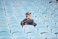 PORTO ALEGRE, RS, 16.07.2014 - CAMPEONATO BRASILEIRO 2014 - SÉRIE A - GRÊMIO X GOIAS - Torcedor do Grêmio antes da partida contra o Goiás, jogo válido pela décima rodada do Campeonato Brasileiro na Arena do Grêmio em Porto Alegre, nesta quarta-feira, 16. (Foto: Pedro H. Tesch / Brazil Photo Press).