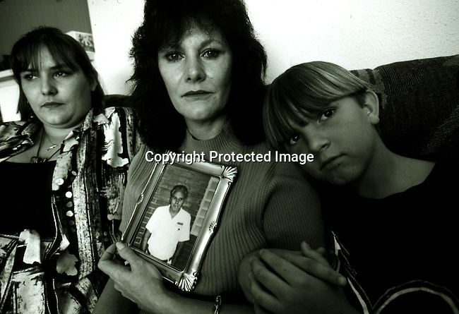 disipri00110.Social Issues. Prisons. Carol Buntion with herchildren and a photo of her husband Carl Buntion on April 9, 1997 in Houston Texas, USA. Carl Buntion is on Death Row in Huntsville, Texas. About 450 people are on Death Row in Texas. Crime. Criminals. .©Per-Anders Pettersson/iAfrika Photos