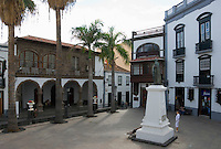 Spain, Canary Islands, La Palma, Santa Cruz de La Palma: capital - old town, Plaza de Espana with statue Manuel Hernandez Diaz