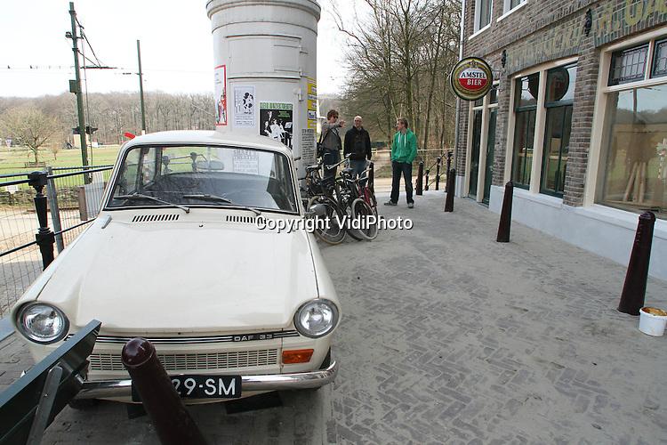 Foto: VidiPhoto..ARNHEM - De beroemde Westerstraat uit de Amsterdamse Jordaan herleeft in het Nederlands Openluchtmuseum in Arnhem. Maandag wordt door vier graffitispuiters de laatste hand gelegd aan een beeldverhaal over het ontstaan van de Jordaan. Zo is onder meer Aletta Jacobs afgebeeld, Nederlands eerste vrouwelijke huisarts. Zij hield gratis spreekuur in de Jordaan uit zorg voor de arme bevolking. De Westerstraat wordt op 3 april officieel geopend door Koningin Beatrix. Op dit moment vinden de laatste werkzaamheden aan dit bijzondere project plaats..