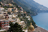 ITA, Italien, Kampanien, Sorrentinische Halbinsel, Amalfikueste: Blick auf den malerischen Kuestenort Positano mit Pfarrkirche Santa Maria Assunta | ITA, Italy, Campania, Sorrento Peninsula, Amalfi Coast: view at picturesque seaside resort Positano with parish church Santa Maria Assunta