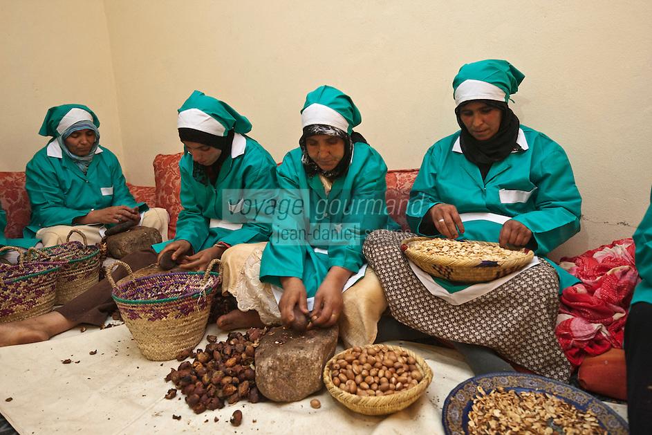 Afrique/Afrique du Nord/Maroc/Province d'Agadir/Tighanimine Elbaz: Fabrication artisanale de l'Huile d'Argan à la Coopérative féminine de Tighanimine Elbaz - Cassage des noix d'argan pour en extraire les amandons