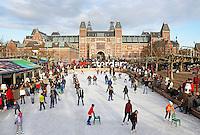Amsterdam- IJsbaan op het Museumplein.  Het Rijksmuseum op de achtergrond