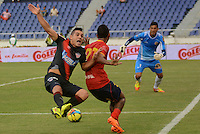 BARRANQUIILLA -COLOMBIA-03-04-2013. Nelino Tapia (Der) de Uniauntónoma disputa el balón con Jorge Aguirre (Izq) del Atlético Junior en partido por la fecha 2 de la Liga Postobón II 2014 jugado en el estadio Metropolitano de la ciudad de Barranquilla./ Uniautonoma player Nelino Tapia (R) fights for the ball with Atletico Junior player Jorge Aguirre (L) during match valid for the second date of the Postobon League II 2014 played at Metropolitano stadium in Barranquilla city.  Photo: VizzorImage/Alfonso Cervantes/STR