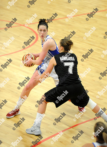 2013-12-08 / Basketbal / seizoen 2013-2014 / Sint-Katelijne-Waver - Kangoeroes / Krysten Boogaerd (Kangoeroes) met An-Katrien Nauwelaers (7)<br /><br />Foto: Mpics.be