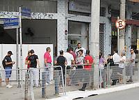SÃO PAULO,SP,07.05.2014 -  REGULARIZAÇÃO TITULO - Fila na manhã desta quarta-feira (7), em frente ao cartório da 257° zona eleitoral na região da Vila Prudente zona leste.(Foto Ale Vianna/Brazil Photo Press)